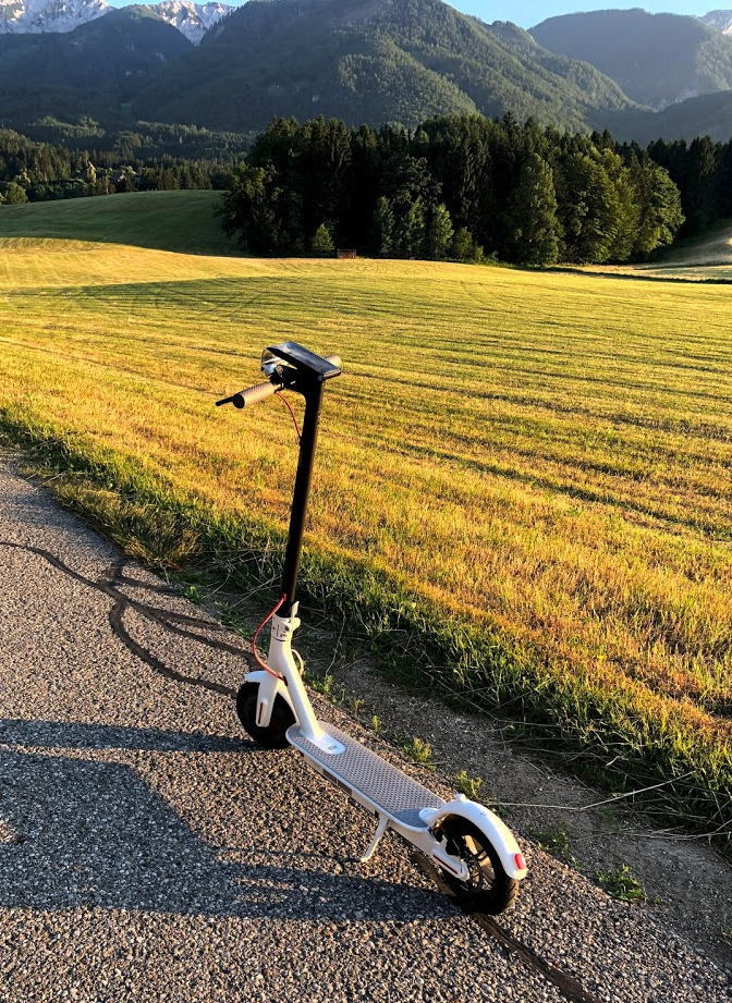 E-Scooter in einer hügeligen Landschaft
